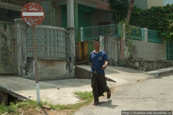 Мьянманец в лонджи