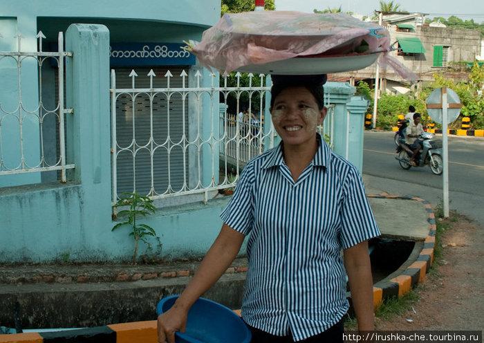Мьянманка. На лице у нее порошек из Танаки