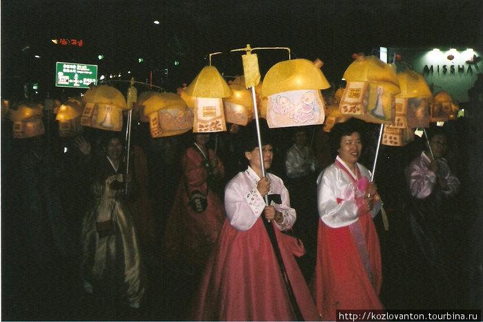 В глазах рябит от нескончаемых мириад фонарей и национальной женской одежды — ханбоков.