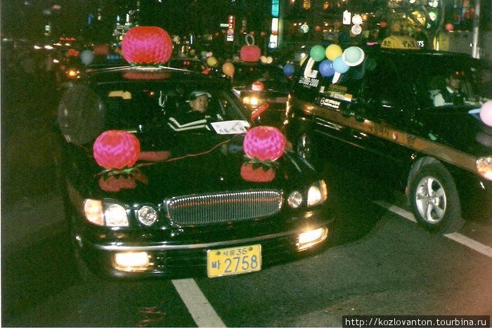Даже таксисты принимают участие в ночном параде фонарей. Сеул, Южная Корея