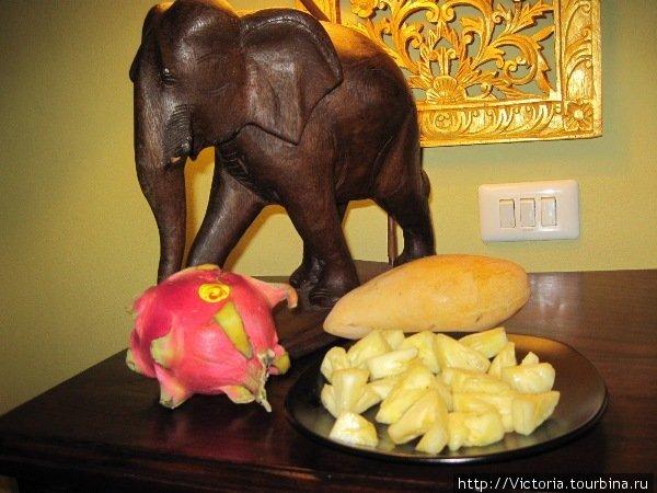 Любимое трио — драконовый фрукт, манго и нарезанный ананас.