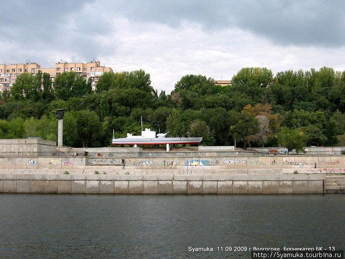 Бронекатер БК-13 установлен на месте причала десантных кораблей во время Сталинградской битвы, как памятник речникам Волжской военной флотилии.