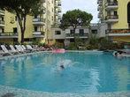 Если есть возможность, лучше бронировать отель с бассейном. Днем слишком жарко, чтобы быть на море.