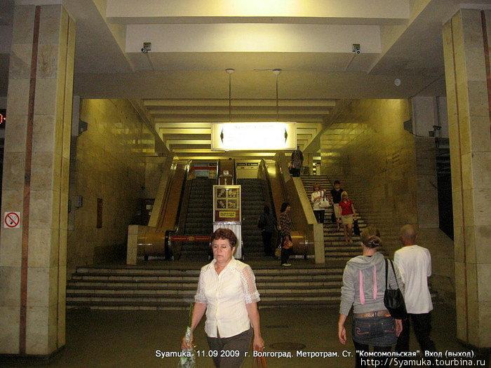 Станция Комсомольская находится от поверхности земли на глубине 10 метров. На ней имеется один вестибюль, два эскалатора и рядом с ними лестница примерно на 25 ступенек.