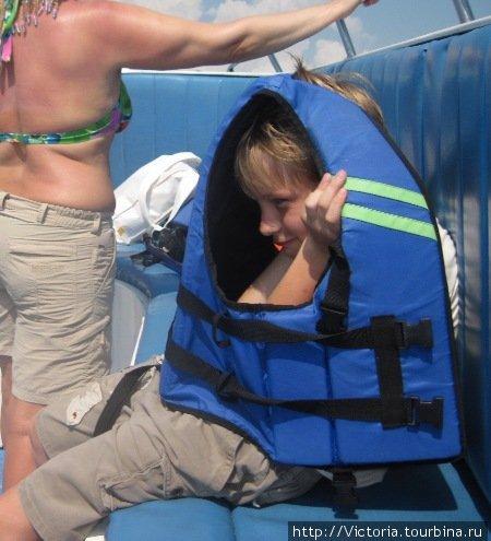 Спасательный жилет защищает не только от воды, но и от солнца.