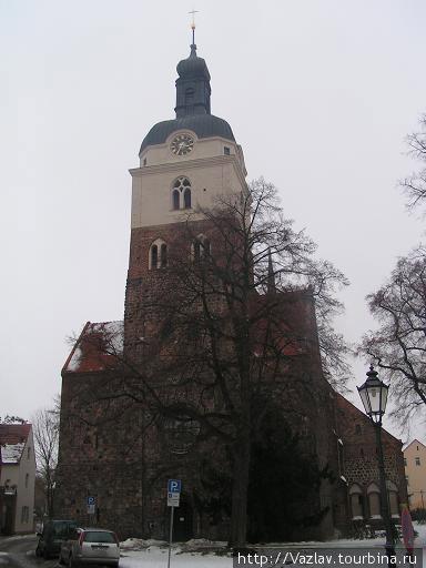 Разница между зданием и колокольней бросается в глаза