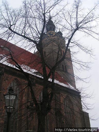 Здание церкви сбоку