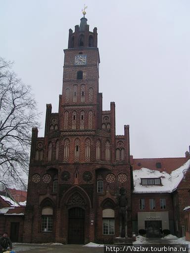 Фасад ратуши; справа на фоне здания несколько потерялся Роланд