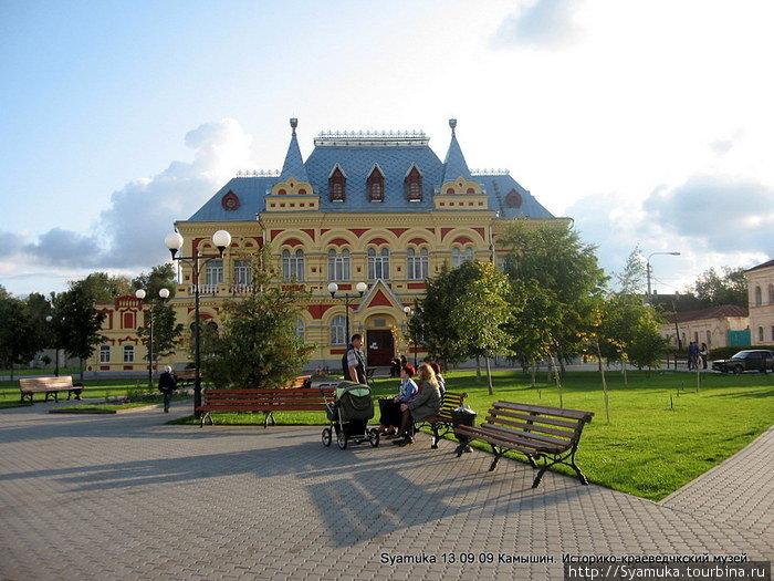 Перед музеем — маленький скверик — очень приятное местечко для отдыха