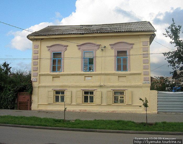 Лучше других сохранилась в Камышине бывшая Царицинская (теперь Советская) улица. Начинается она от набережной Волги. Вот такие симпатичные домики украшают ее.