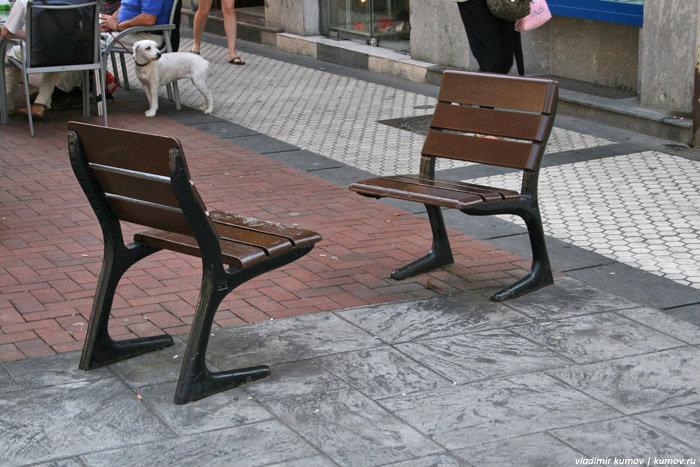 Такие стульчики расставлены по всей Испании.