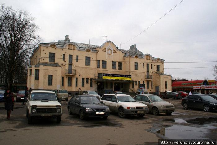 Свою прогулку я начинаю с одной из старейших городских станций — Удельной. Ж/д вокзал построен на финский манер, финским же архитектором.