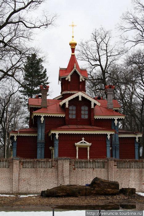 Наиболее интересная архитектурная постройка за ж/д переездом — деревянная церковь 19 века, построенная за стенами