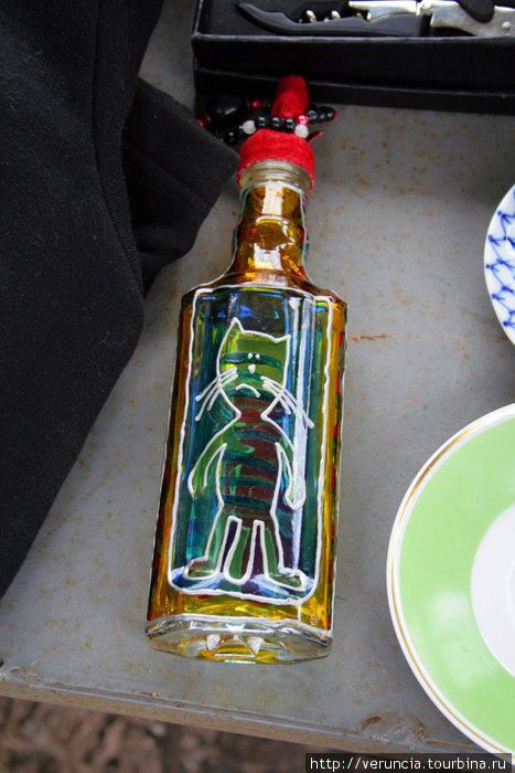 Такую цветную бутылку можно увидеть в любом сувенирном магазинчике города.
