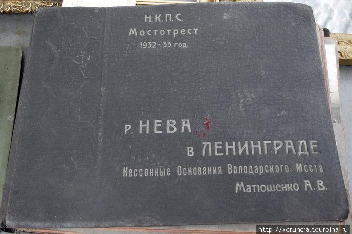 Листаю альбом с черно-белыми фотографиями, посвященными реке Неве.