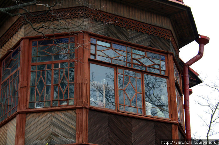 Он напоминает дом-ковчег, отважно держащийся на плову. За окнами которого много удивительных вещей.