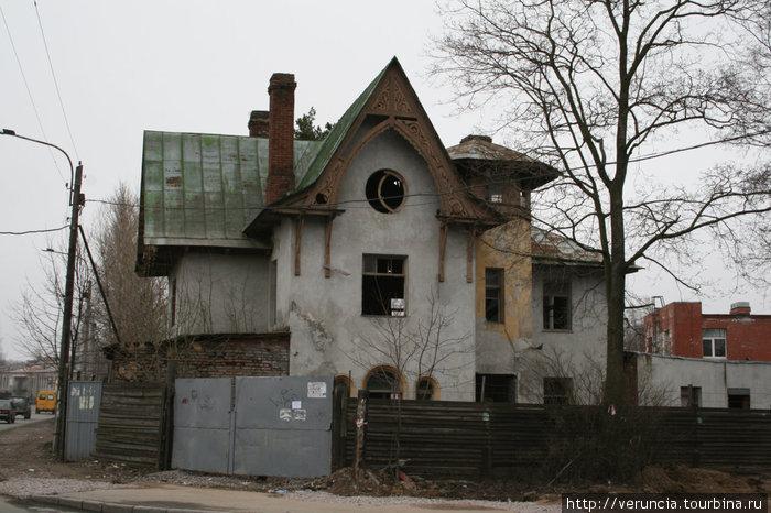 Необычный дом через дорогу от Коломяжской церкви.