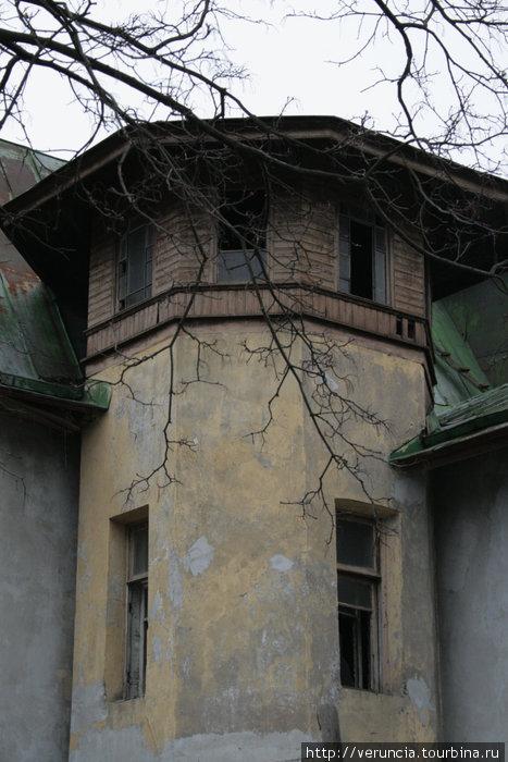 Разрушающийся дом с необычной архитектурой.