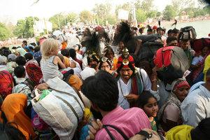 Хаотичные толпы паломников на дорогах Харидвара.
