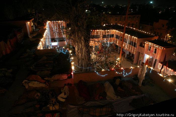 Ночлег на крыше храма.