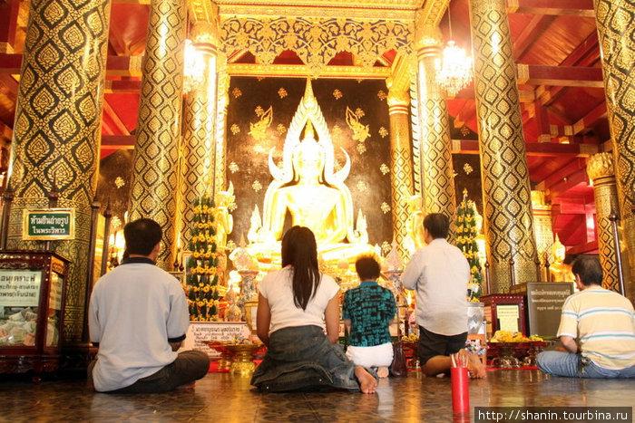 У ног бронзового Будды в вате Яй