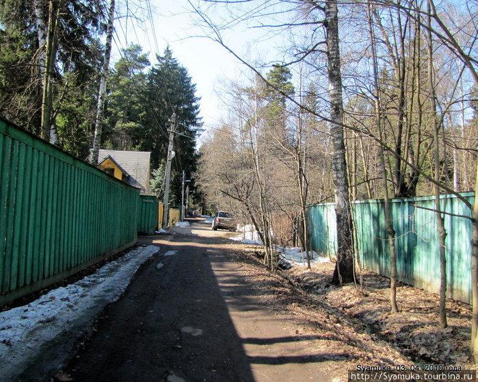 ...другая, свернув в поселок, стала улицей Железнодорожной.