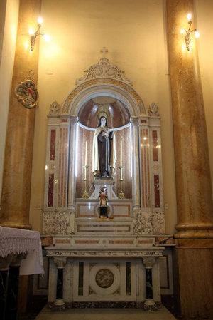 Алтарь со статуей Девы Марии в католической церкви