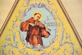 Монах-скрипач. Фотография получилась не очень отчетливая — очень уж далеко и темно в соборе