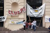 Демонстрация у входа в губернаторский дворец