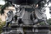 Крылатые львы на фонтане