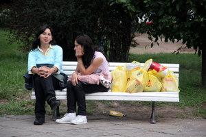 Девушки на скамейке — после удачного шопинга