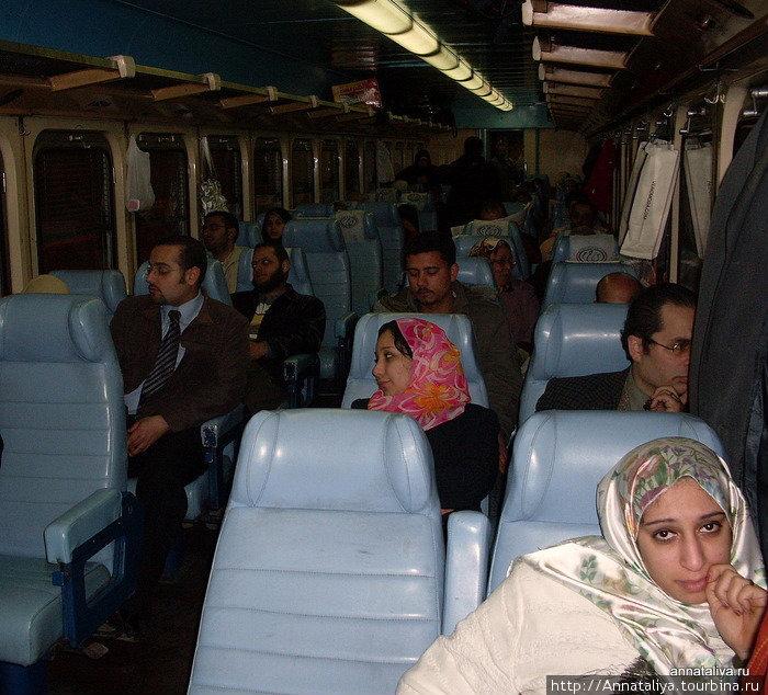 В вагоне второго класса фирменного поезда Каир — Александрия