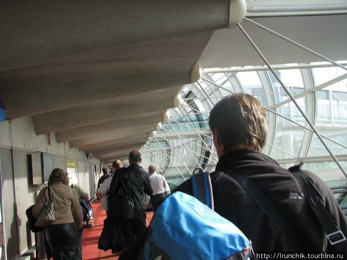 после светлого и радостного аэропорта Барселоны, как то Шарль де  Голль не очень... Да и заморчный он сильно, слышала от людей, не врут...