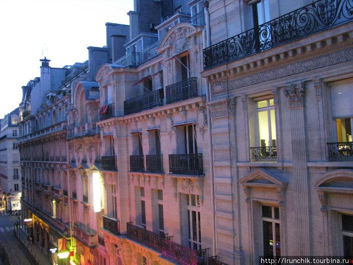 Вот они  — крыши Парижа.. Ха этим домом Гранд Опера, налево Вандомская площадь... В общем транспортом мы не пользовались