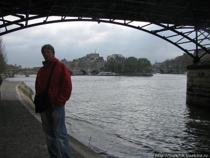 Клошаров под мостом не видела, только в подворотне.. У него там матрас, тапочки водичка и собачка... Она очень умно смотрела... Я не стала фотографировать, хотя желание было...