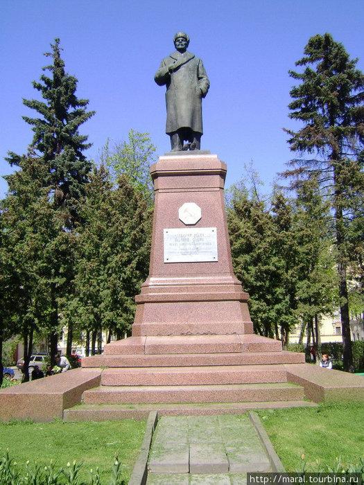 Свыше пятидесяти лет бронзовый Ленин в зимнем пальто и шапке-ушанке стоит на царском постаменте