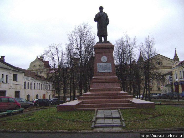 В Рыбинске ведётся реконструкция Красной площади. Первым шагом стала вырубка старых деревьев и кустарников вокруг памятника В.И.Ленину