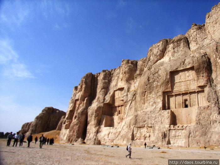Слева направо — могилы Дария II, Артаксеркса и Дария I