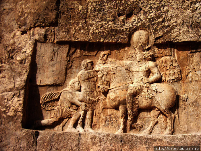 Шапур победил римского императора Валериана и Филипа Арабского и празднует триумф