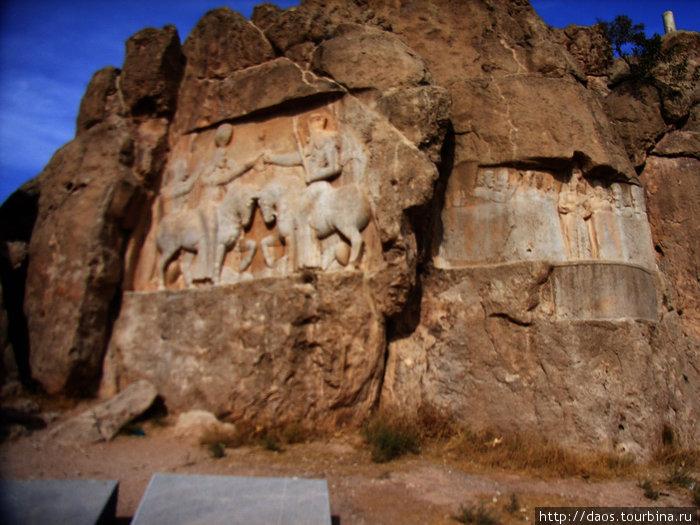 Слева — посвящение Адрашира