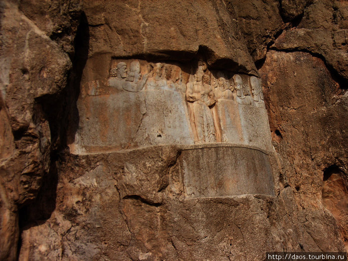 Посередине — Бахрам II, слева — маг Картир, остальные — остатки эламских барельефов
