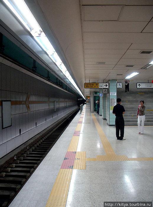 Платформа сеульского метро. Даже линии на полу такие же, как в Токио.