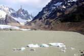Мини-айсберги откалываются от ледника и дрейфуют по озеру