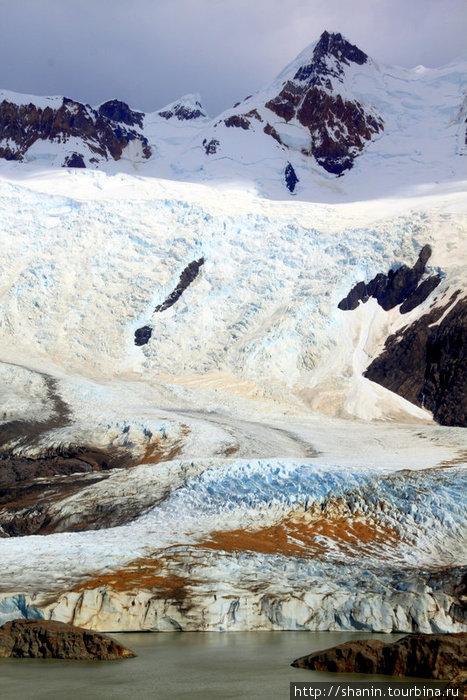 Ледник сползает в горное озеро Лос-Гласьярес Национальный парк, Аргентина