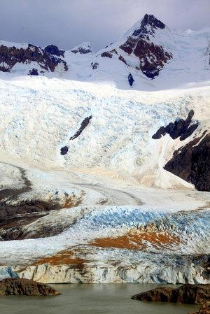 Ледник сползает в горное озеро