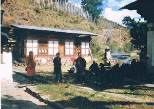 У входа в Кюйчу-Лакханг все ждут королеву-мать