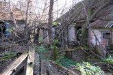 Дома обычные деревенские, только пустые и совсем уже старые, разваливаются.