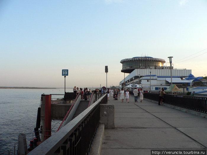 Набережная и речной вокзал.