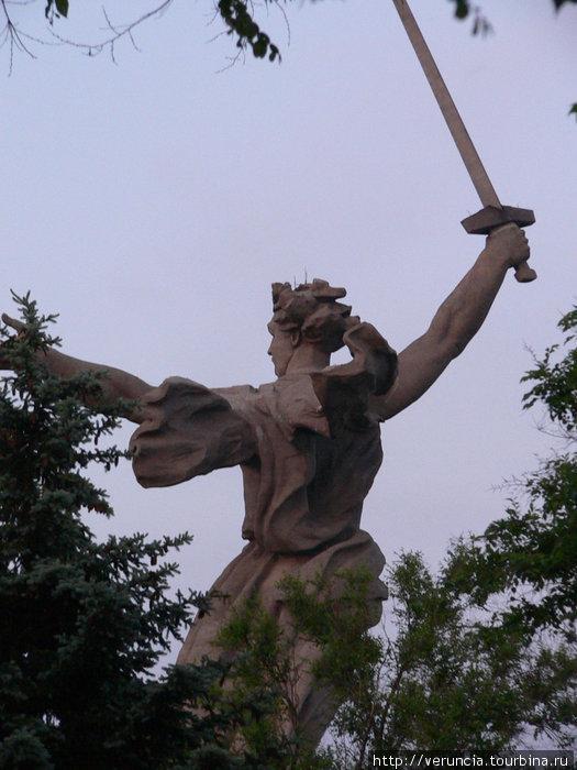Монумент со спины.