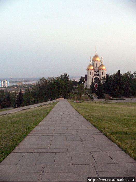 Храм рядом с монументом кажется игрушечным.
